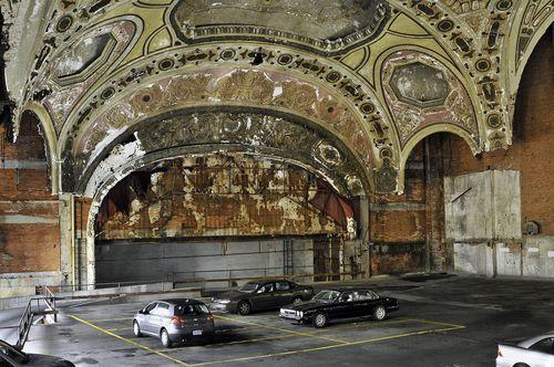 Michigan-Building-un-parking-dans-un-ancien-theatre-Detroit-Etats-Unis